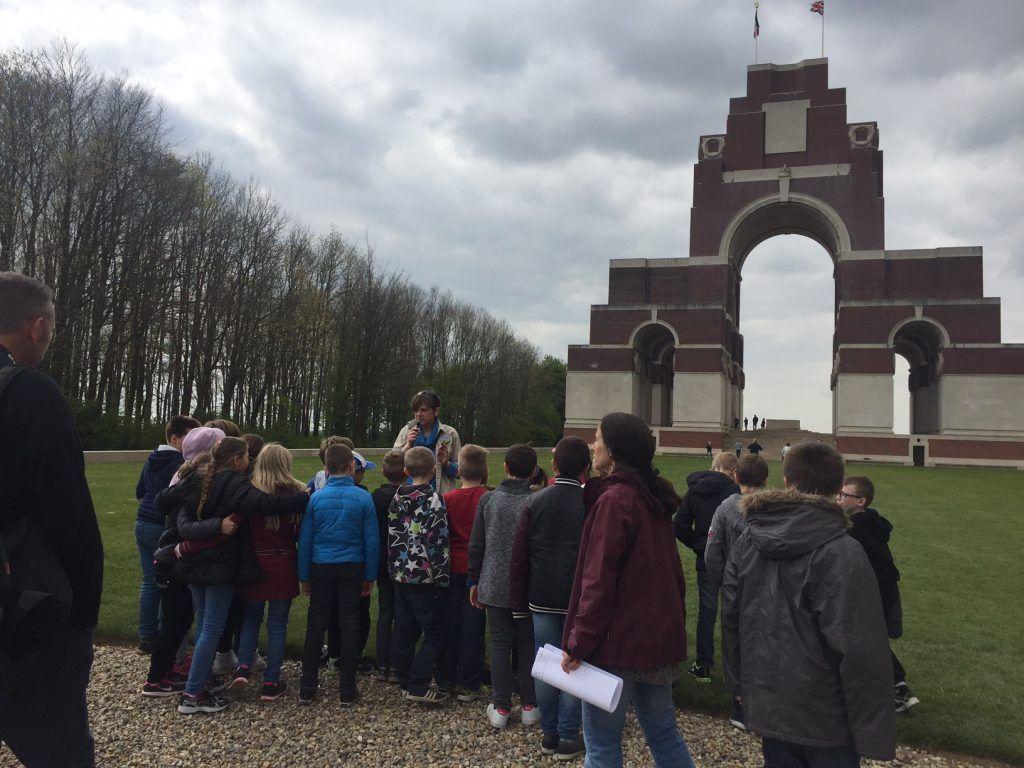 Devant monument cimetière anglais - Classe découverte Grande Guerre
