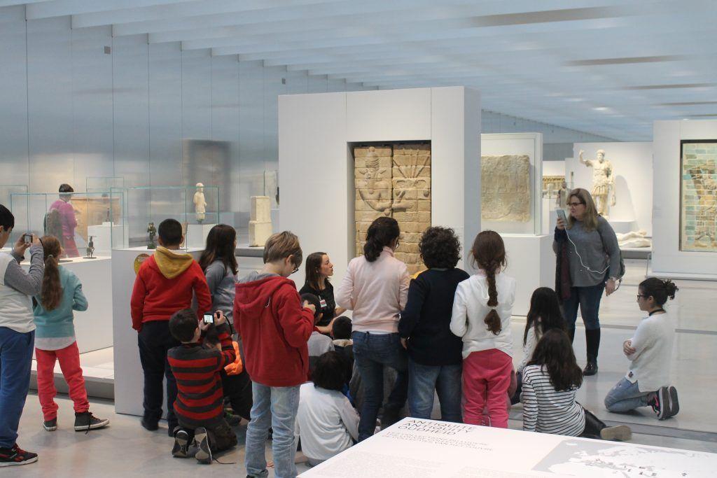 Devant une œuvre du Louvre Lens - Classe découverte Hauts de France