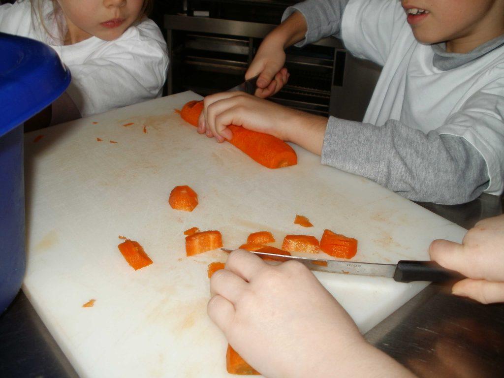 Epluchage des légumes- Classe découverte Cuisine et Goût