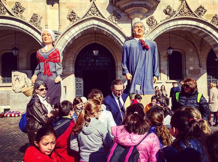 Les géants et Mr le Maire – Classe découverte Hauts de France