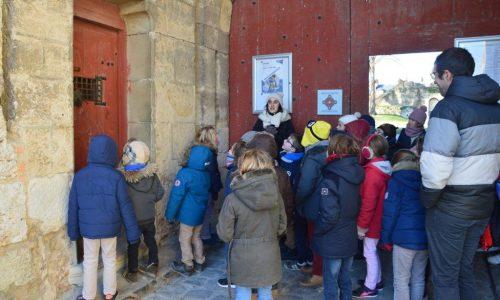Devant le Château de Blandy les Tours - Classe découverte Moyen Age