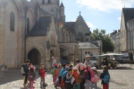 Groupe devant la cathédrale - Classe découverte Futuroscope